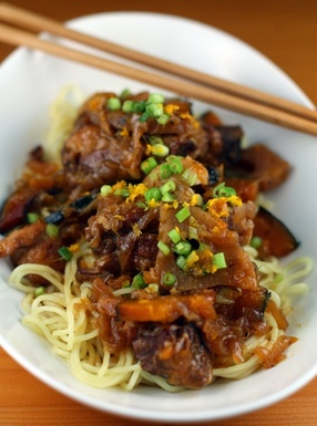 Asian_short_ribs_with_ramen_noodles