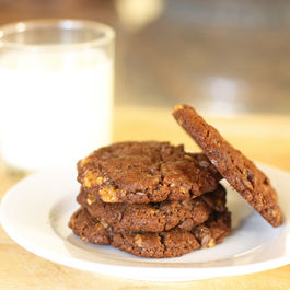 Chocolate_almond_toffee_cookies_550