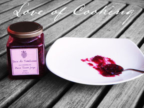 Raspberry_jam_on_table_food_52
