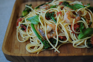 Spaghetti_with_shrimp_broccolini_and_basil