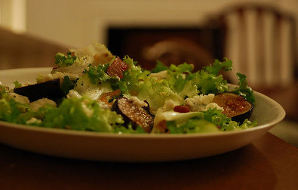 Warm_fig_and_blue_cheese_salad