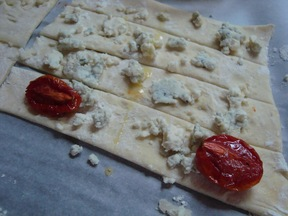 &quot;Binocular&quot; Bites:  Roasted Tomato/Blue Cheese and/or Dried Fig/Manchego Cheese and/or Dried Fig/Blue Cheese