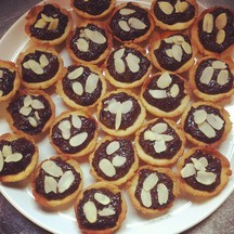 Vegan mini tarts with chocolate ganache and almond flakes