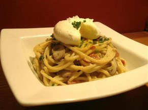 Bucatini_carbonara_with_mushrooms_and_warm_poached_egg_small_medium_