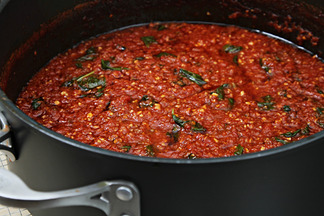 Img_9995_heirloom_tomato_sauce_in_pot