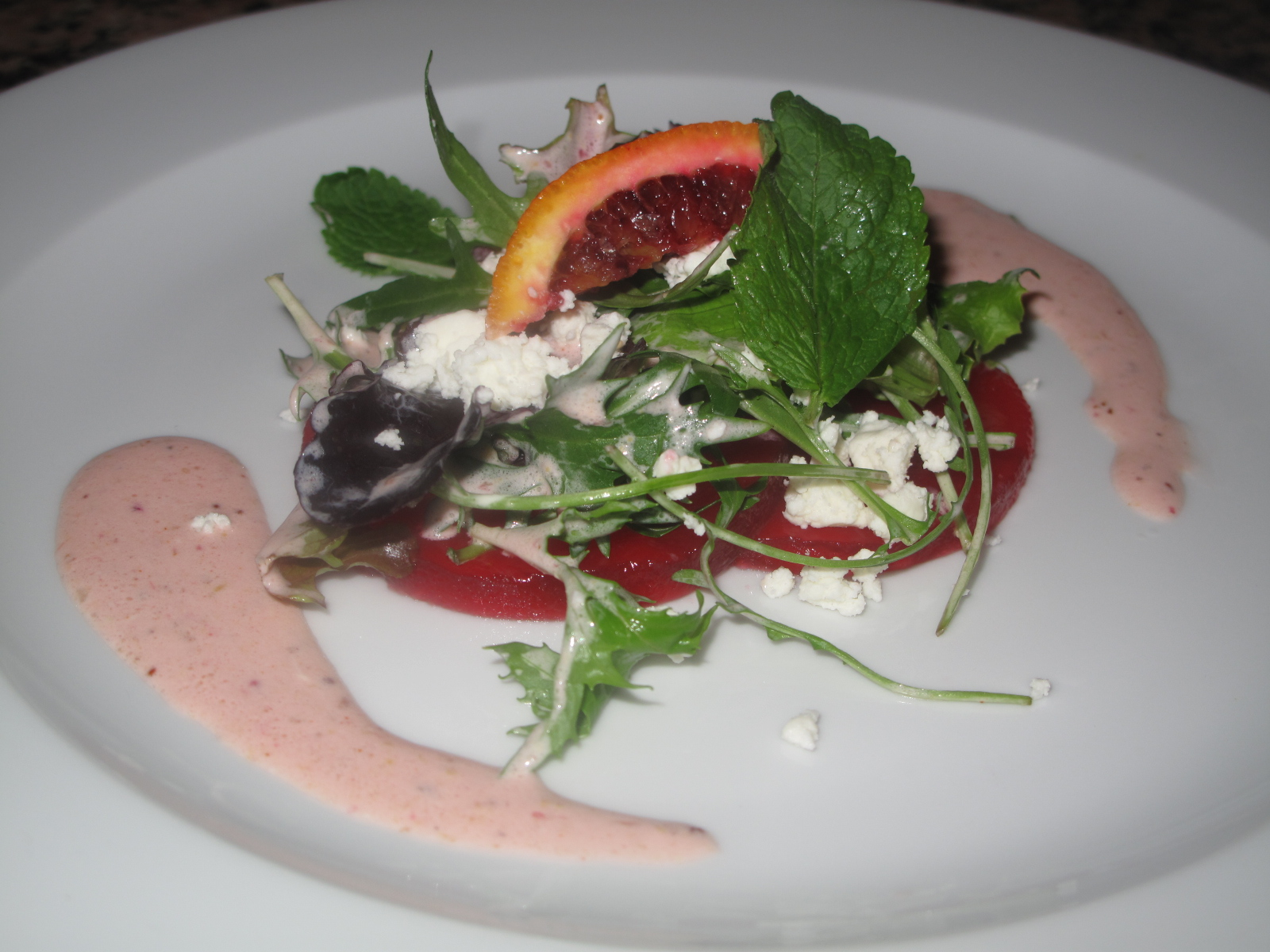 Carpaccio of blood oranges with a green salad