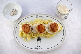 SCALLOPS IN CHAMPAGNE CREAM SAUCE WITH TRUFFLE SALT