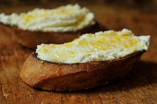 Bruschetta_with_ricotta_honey_and_lemon_zest