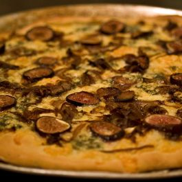 Fig_balsamic_onion_and_danish_blue_pizza