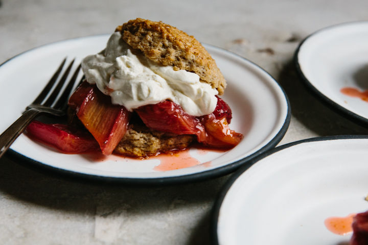 Rye_shortcakes_with_roasted_strawberries_and_rhubarb_(yossy_arefi)-8