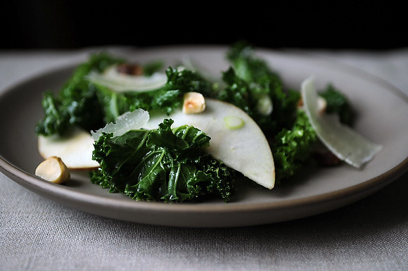9114_kale_salad_with_apples_and_hazelnuts