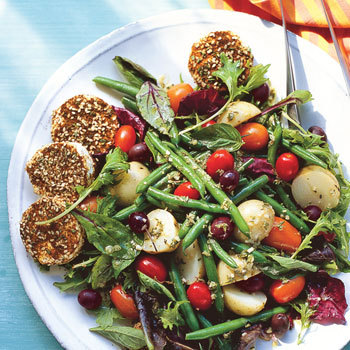 Farmers_market_salad_with_spiced_goat_cheese_rounds