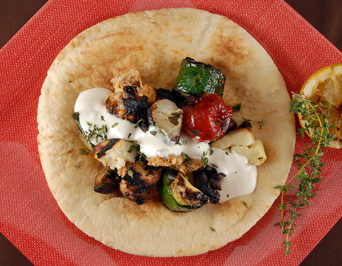 Shish_taouk_with_toum_garlic_sauce_