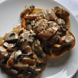 Chicken_with_mushroom_sauce_on_toast_food52