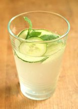 Elderflower_saft_with_cucumber_and_mint