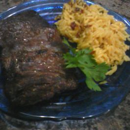 Flank_steak_and_yellow_rice_1