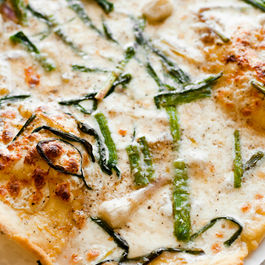 Gluten-free_pizza_with_garlic_oil_confit_wild_garlic_truffle_oil