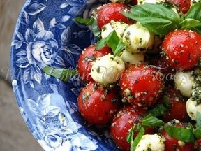 Pesto_cherry_tomato_caprese_salad