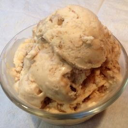 Apple_cider_ice_cream_with_walnut_pralines