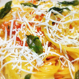 Capellini_with_yellow_tomato_and_fried_basil