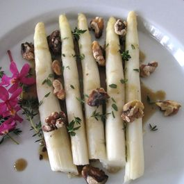 White_asparagus_with_black_garlic_vinaigrette