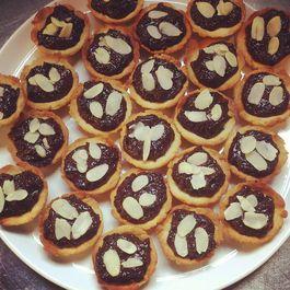 Vegan mini tarts with chocolate ganache and almond flakes