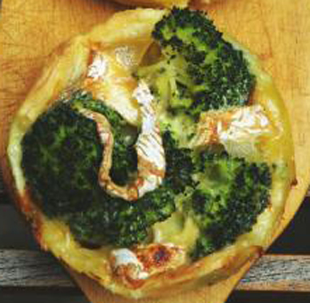 Puff pastry tarts with broccoli and Camembert - Tartelettes aux brocolis avec camembert