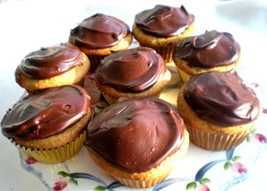 Banana_cupcakes_with_chocolate_sour_cream_ganache