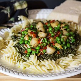 Bay_scallops_and_peas__with_pesto_sauce_on_rotini-2mb_edited-2