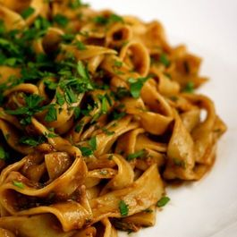 Fettuccine_with_roasted_garlic_sauce