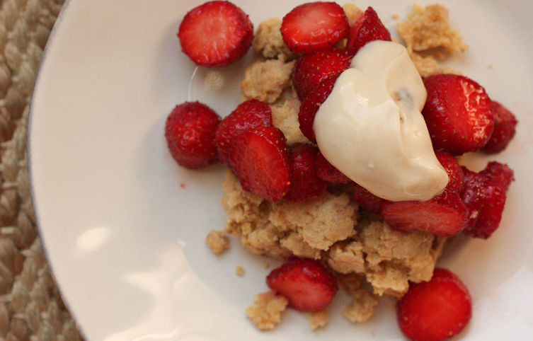 Fast Vanilla Oatmeal Biscuits with Strawberries and Brown Sugar Sour Cream