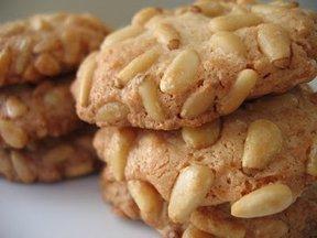 Pignoli_cookies_3_piles_close