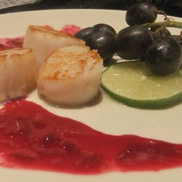 Scallops_with_grapes_and_lime