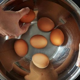 2013-1107_hot-to-peel-eggs-008
